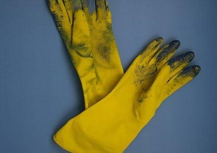 Los guantes en la limpieza